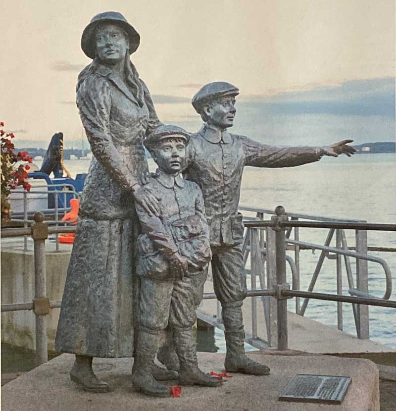 Sattue of Annie Moore and her two brothers, (Cobh, Irland) by Irish scuptress, JeAnne Rynhart.